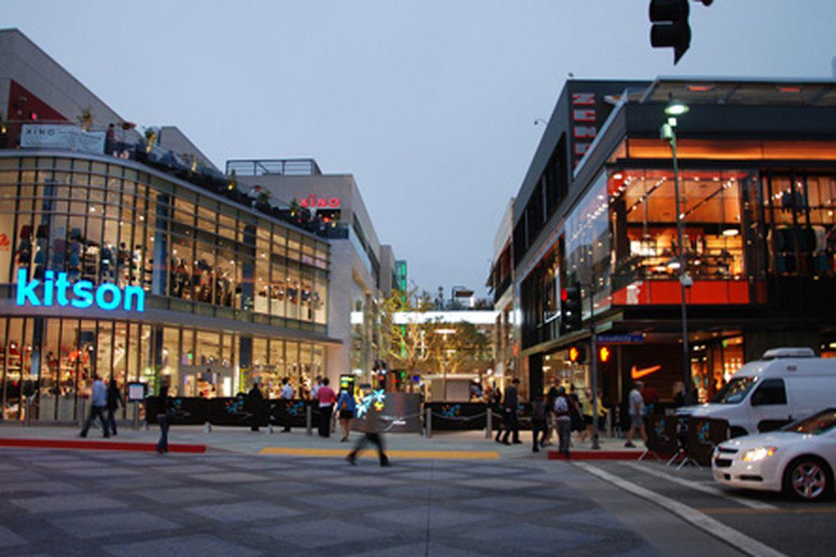 "Santa Monica Place. Photo via <a href=""http://retailremix.com/rethinking-the-mall-redevelopment-santa-monica-place/"">Retail Mix</a>."