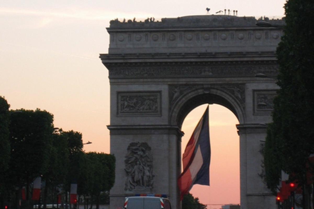 """via <a href=""""http://dl.dropbox.com/u/118445/Arc-du-Triomphe-%26-Flag.png"""">dl.dropbox.com</a>"""