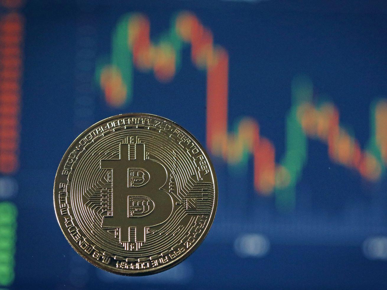 伦敦,英格兰- 10月24日:数字Cryptocurrency的视觉表示,比特币10月24日,2017年在伦敦,英格兰。Cryptocurrencies包括比特币,Ethereum和Lightcoin前所未有的增长,2017年尽管波动很大。而电子货币在金融机构之间意见分歧,现在的市值约为1750亿美元,加密领域coninues增长,因为它看到广泛的mainstreem收养。(图片由足球/盖蒂图片社)