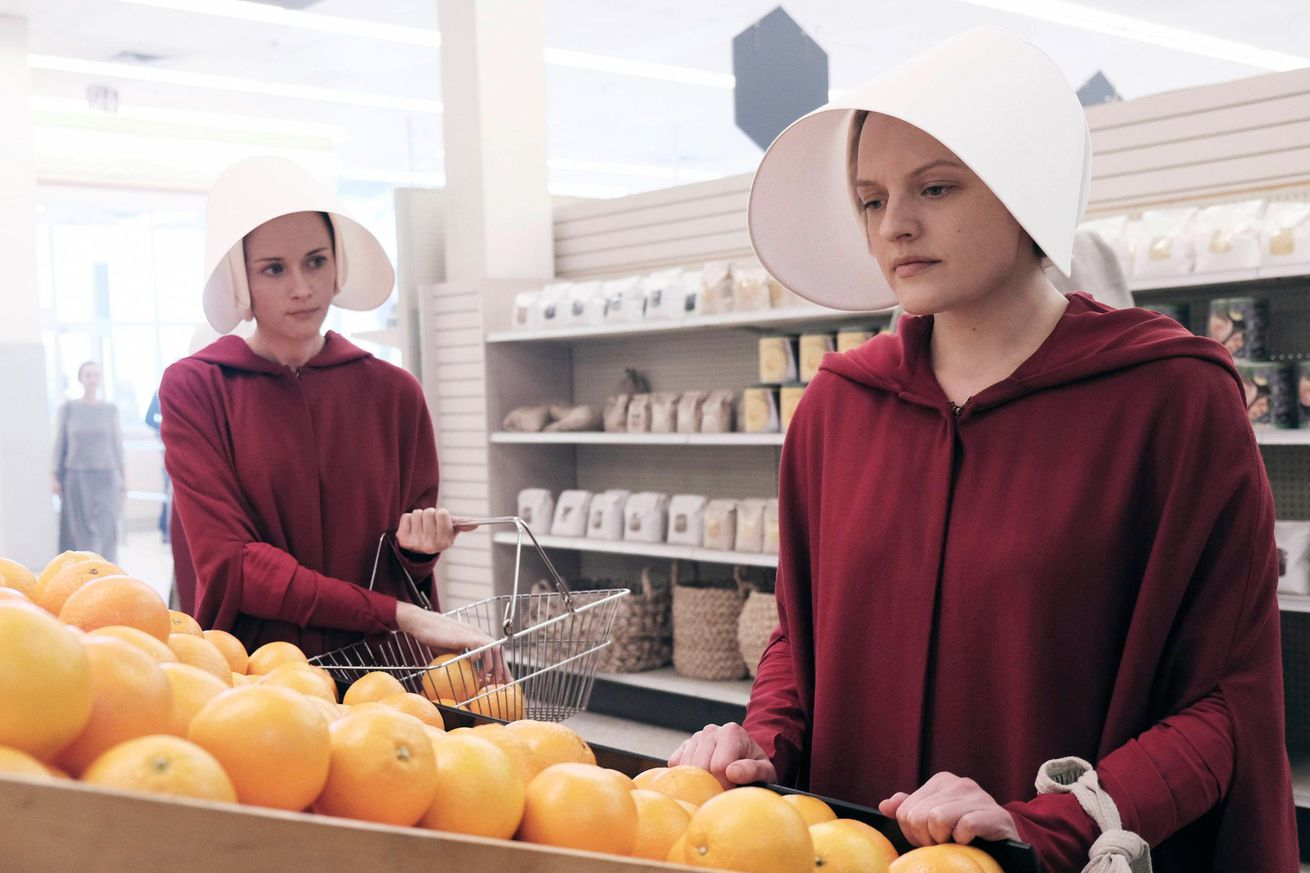 hulu s the handmaid s tale wins the 2018 golden globe for best drama tv series