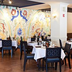This gorgeous mural is reminiscent of Italian table settings