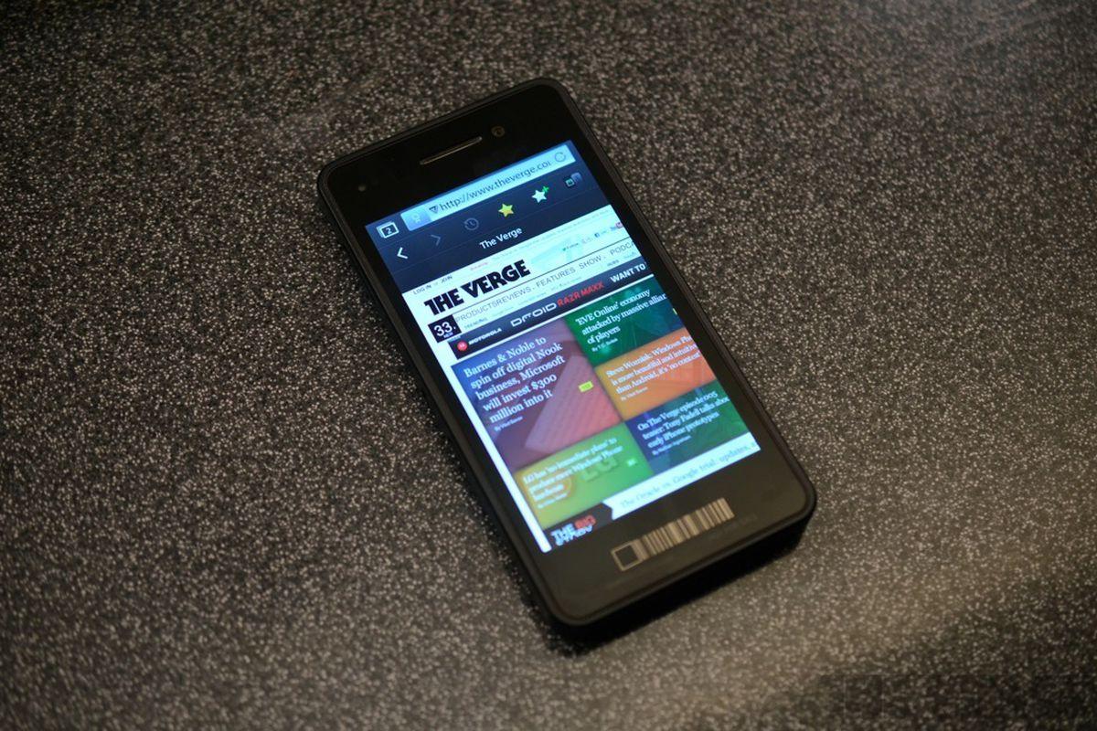 Gallery Photo: BlackBerry 10 Dev Alpha developer testing device hands-on pictures