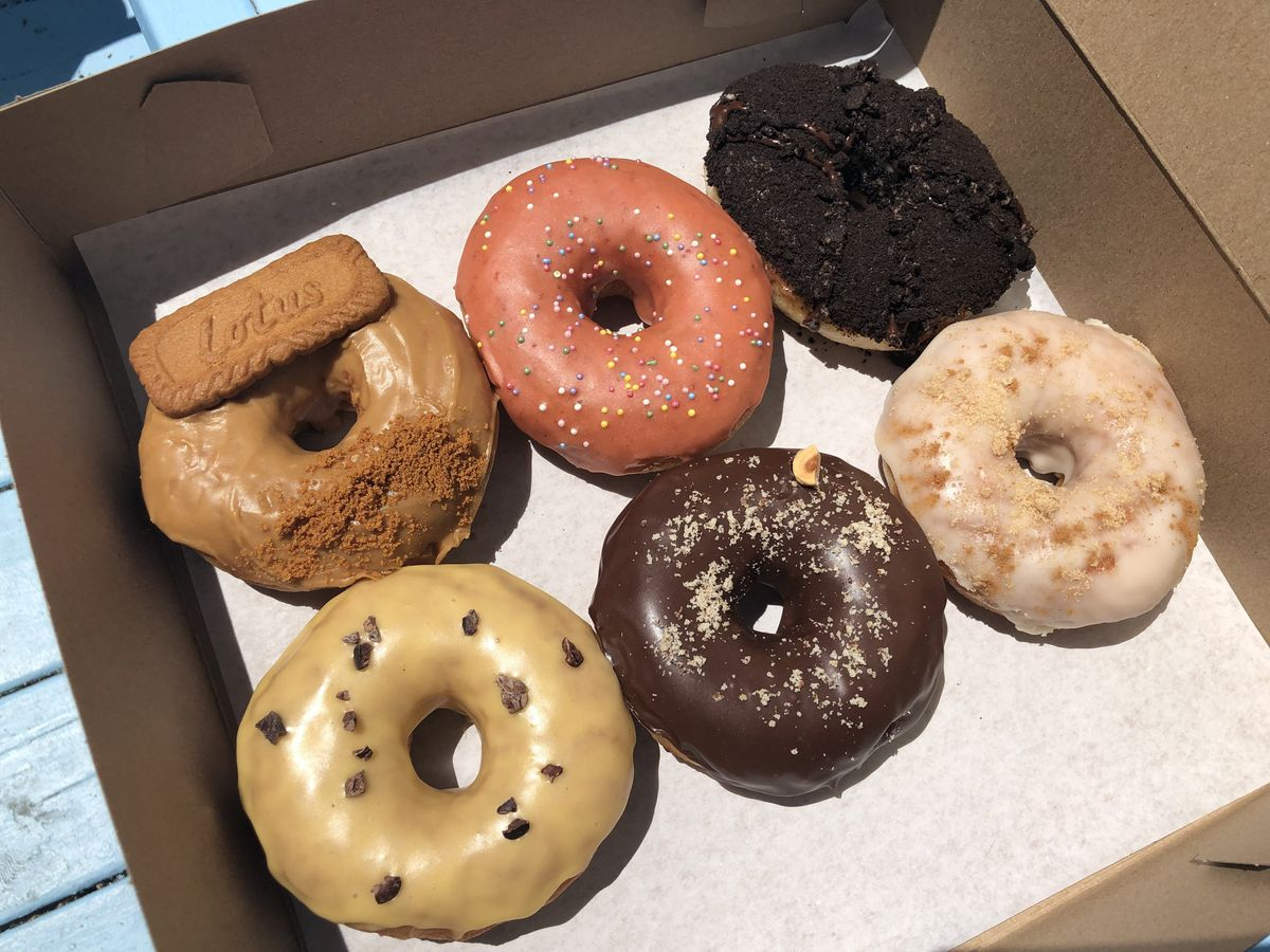 box of six doughnuts