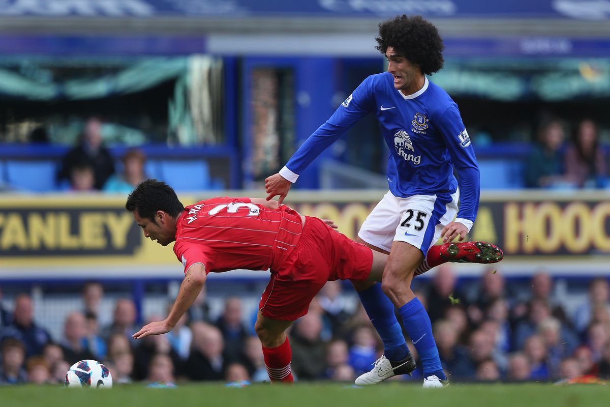 It does look like Fellaini just punched the poor bloke.