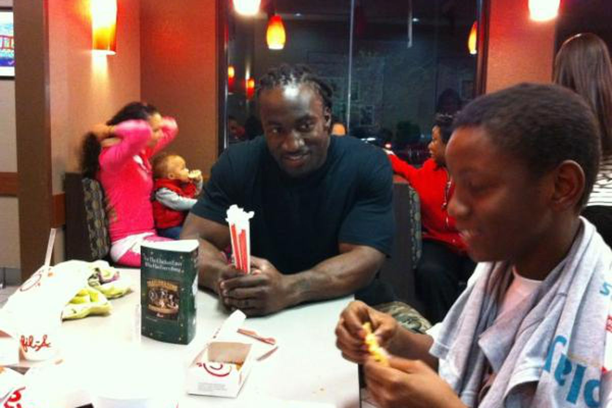 Greg Jones having a meal with a fan. Photo courtesy of Bonnie Upright (@bonnieupright).