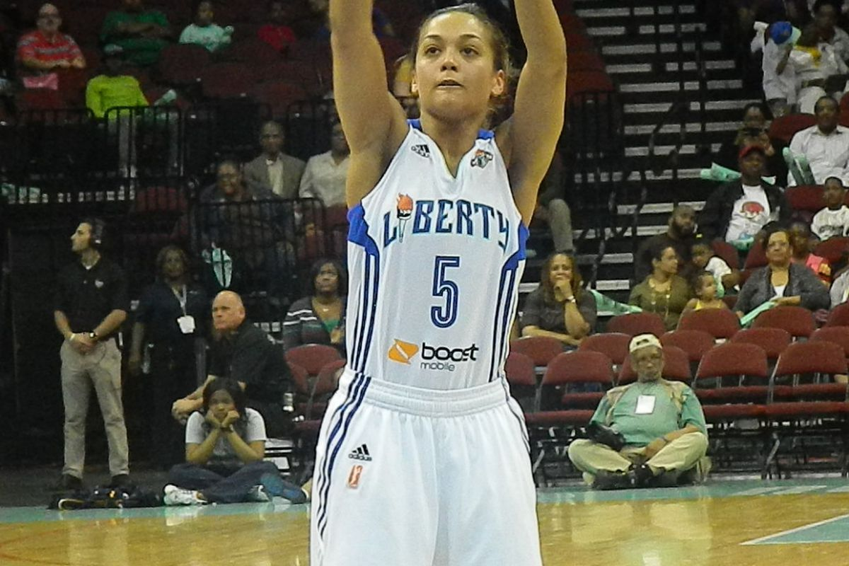 New York Liberty point guard Leilani Mitchell focused at the line.