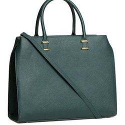 """Fits a 13 inch laptop and there's a zipper at the top, plus it comes with a detachable shoulder strap. <a href=""""http://www.hm.com/us/product/16778?article=16778-B"""">H&M</a>, $49.95."""