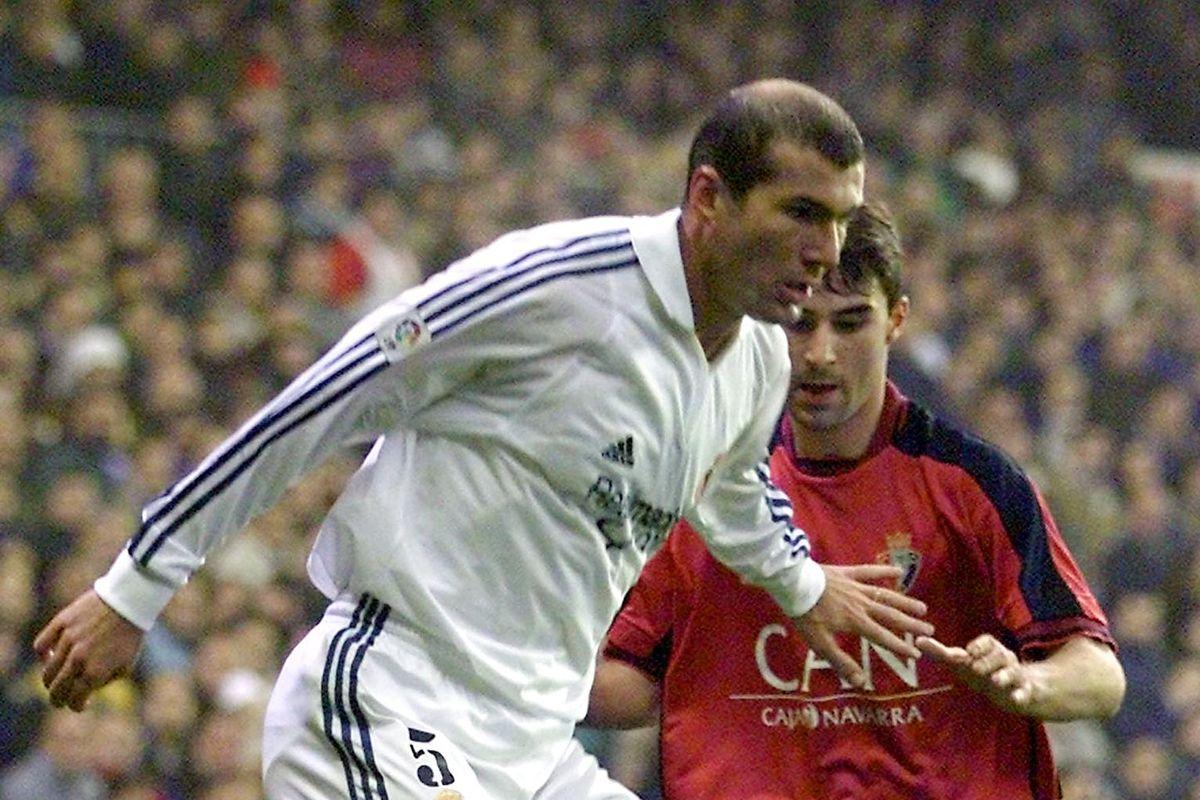Real Madrid player Zinedine Zidane battles with Os