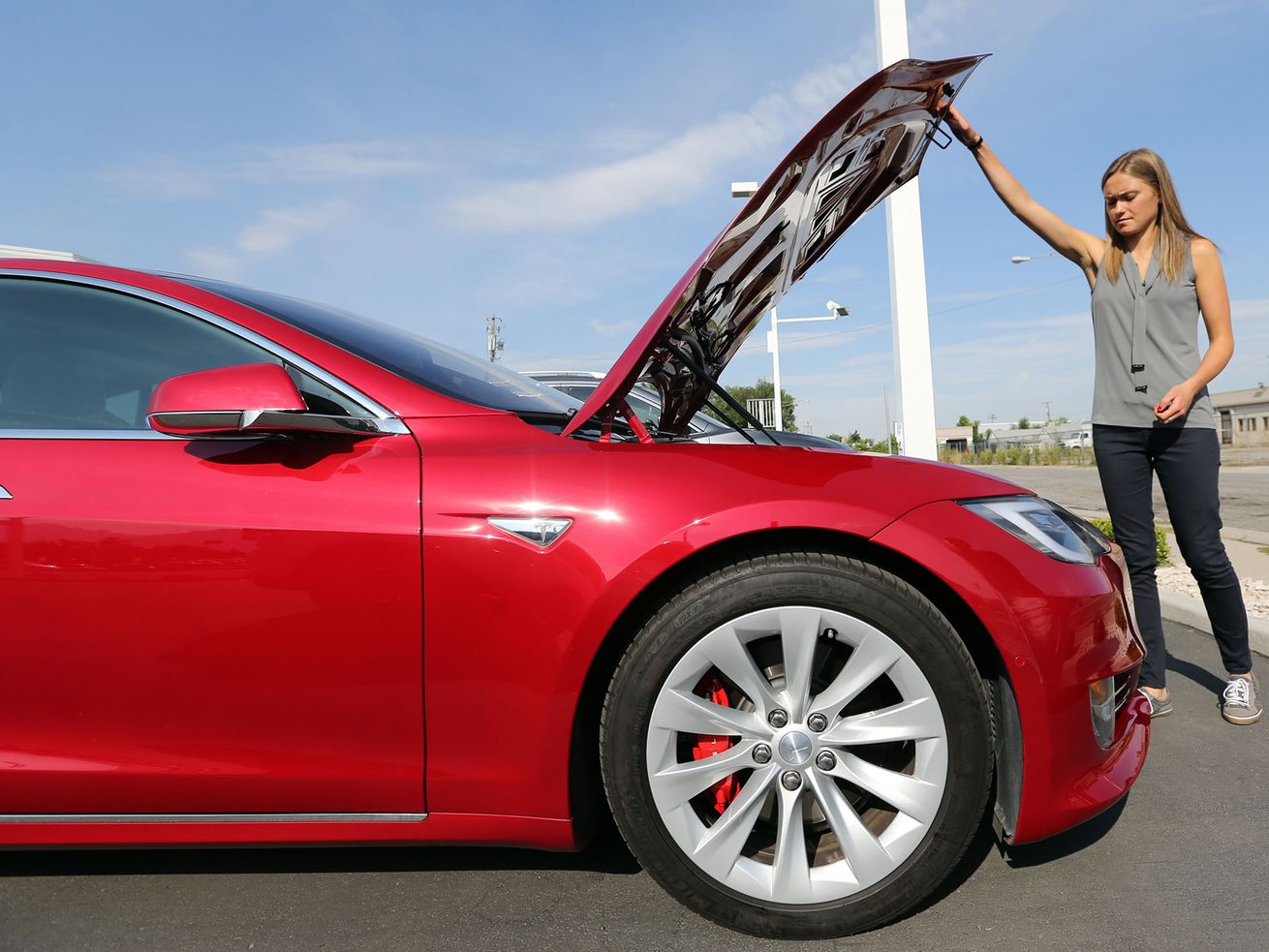 Tesla disputes claims its cars can accelerate on their own