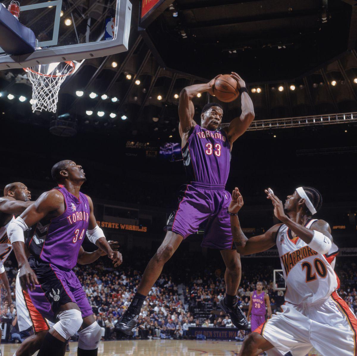 Antonio Davis grabs a rebound