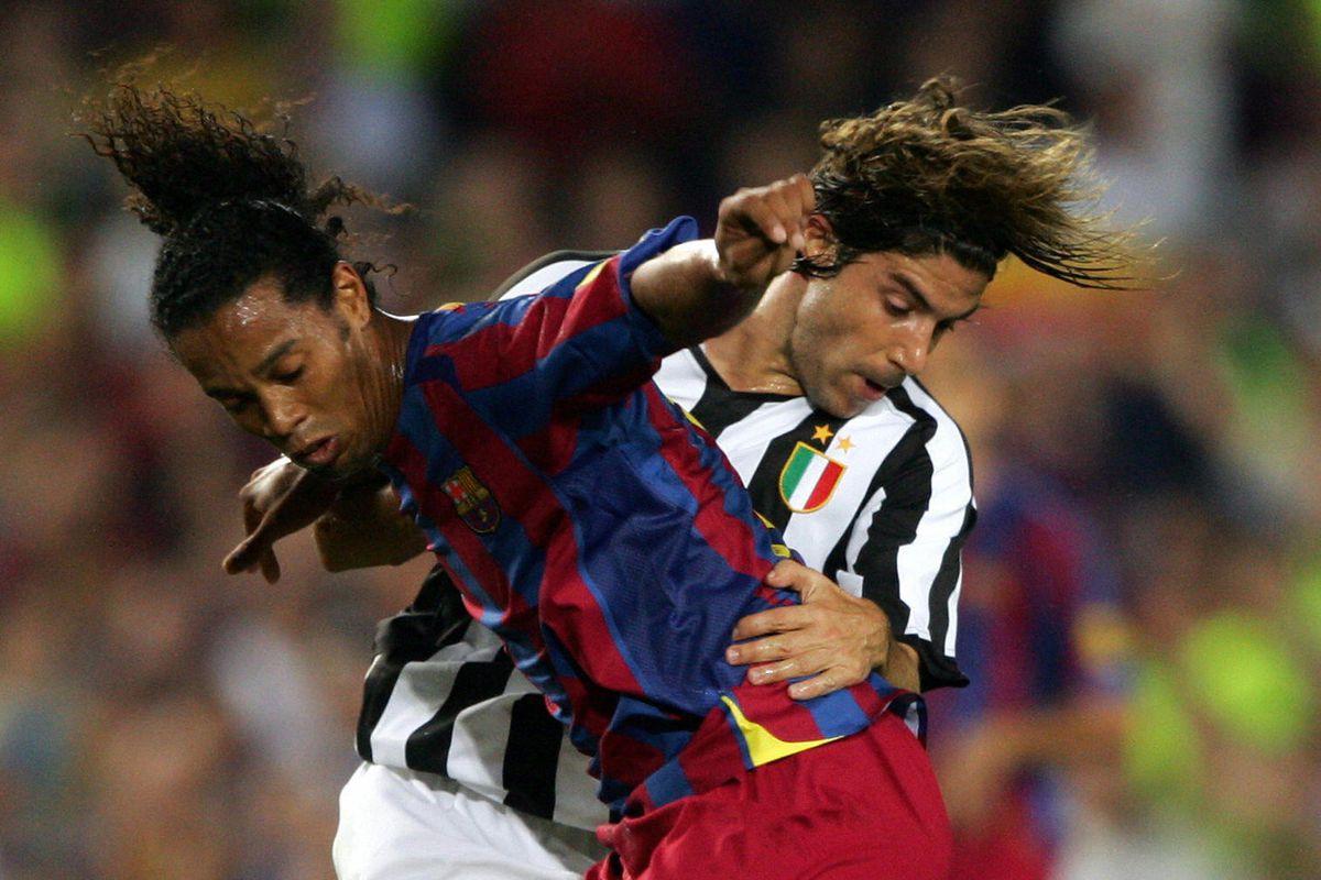 Barcelona's Brazilian Ronaldinho (L) vie