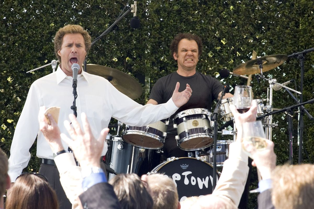 Brennan (Ferrell) and Dale (Reilly) perform for a crowd.