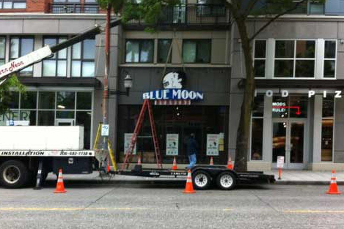 Blue Moon Burgers, Capitol Hill