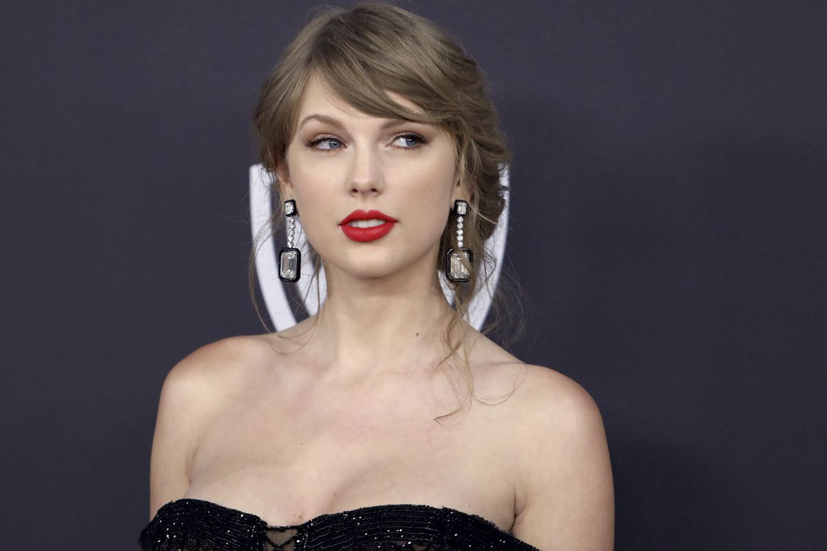 Taylor Swift has sent two fans in need $3,000 this week.