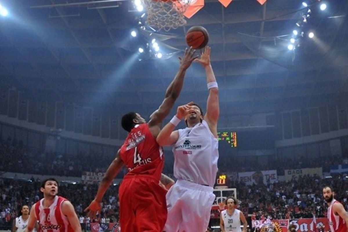 Olympiacos advanced to its third Euroleague Final Four in the past four seasons by beating Italy's Montepaschi Siena 76-69 to secure a 3-1 series victory, with Kyle Hines going for 19 points, 7 rebounds and 4 blocks.