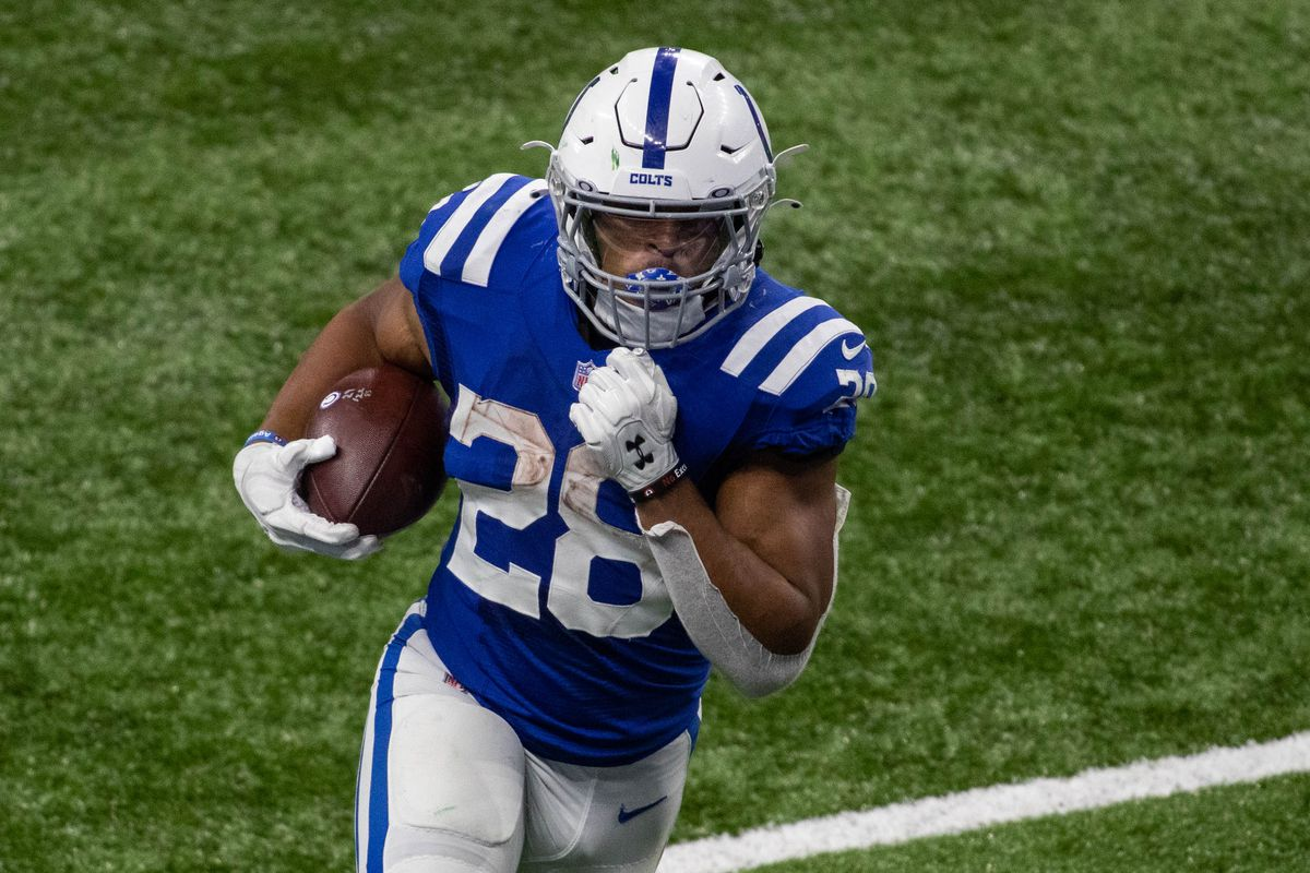 Indianapolis Colts running back Jonathan Taylor (28) runs the ball in the second half against the Green Bay Packers at Lucas Oil Stadium.