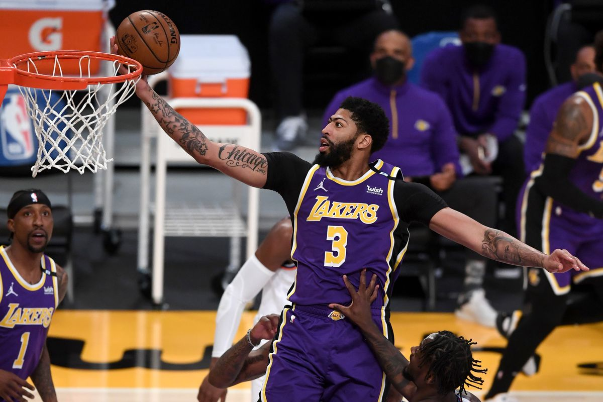 Los Angeles Lakers forward Anthony Davis goes to the basket as New York Knicks forward Julius Randle and forward Reggie Bullock look on during the first quarter at Staples Center.