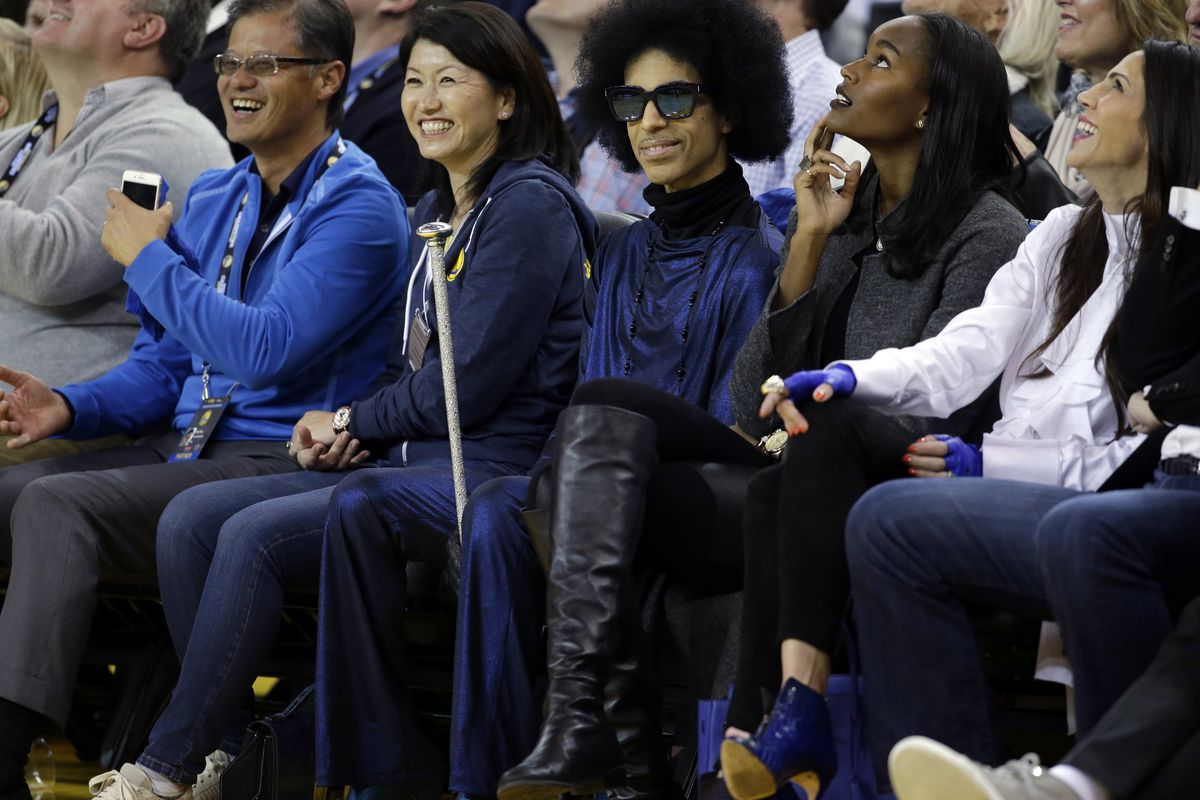 Prince rocking a cane at the Warriors game.