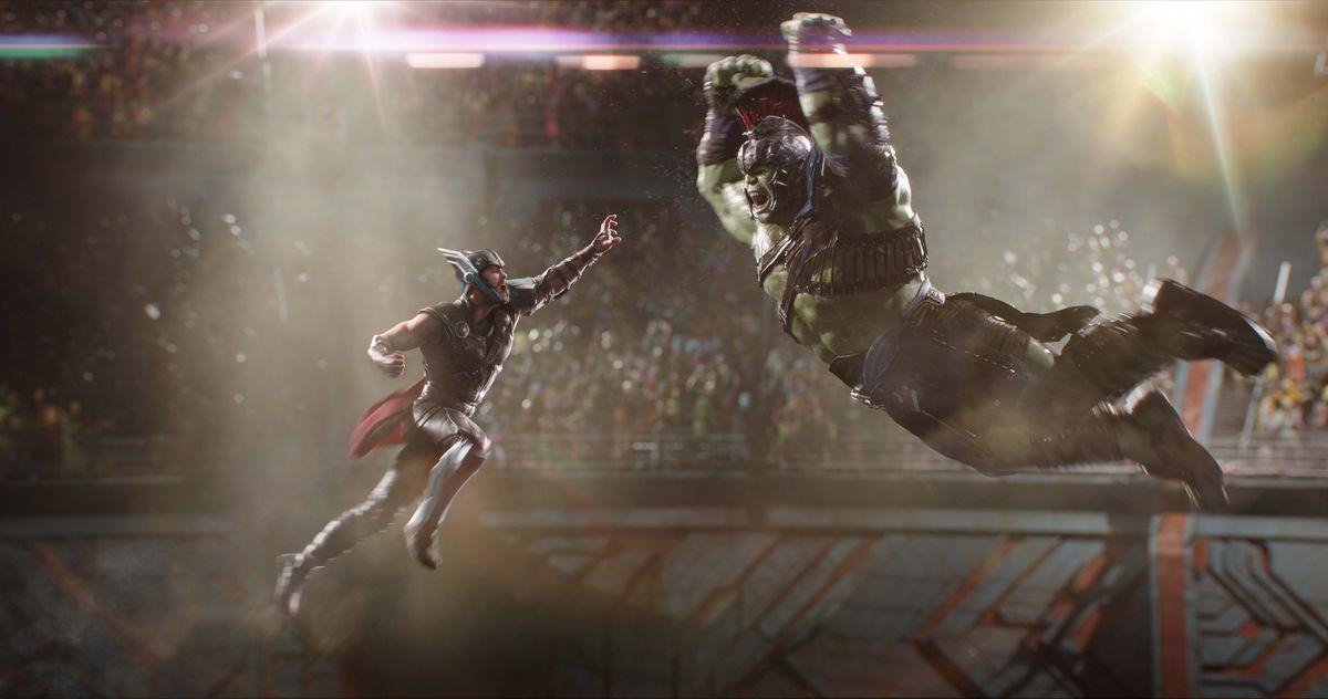 Тор и Хълк скачат във въздуха, за да се разбият взаимно в Thor: Ragnarok