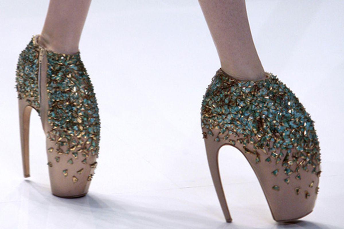 "McQueen insanity via <a href=""http://www.fashiontoast.com/2009/10/mcqueen-1-dress-shoes.html"">Fashion Toast</a>"