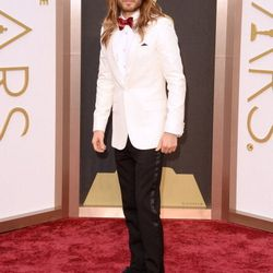 Jared Leto (sans man bun!) looking dapper in a white Saint Laurent dinner jacket.