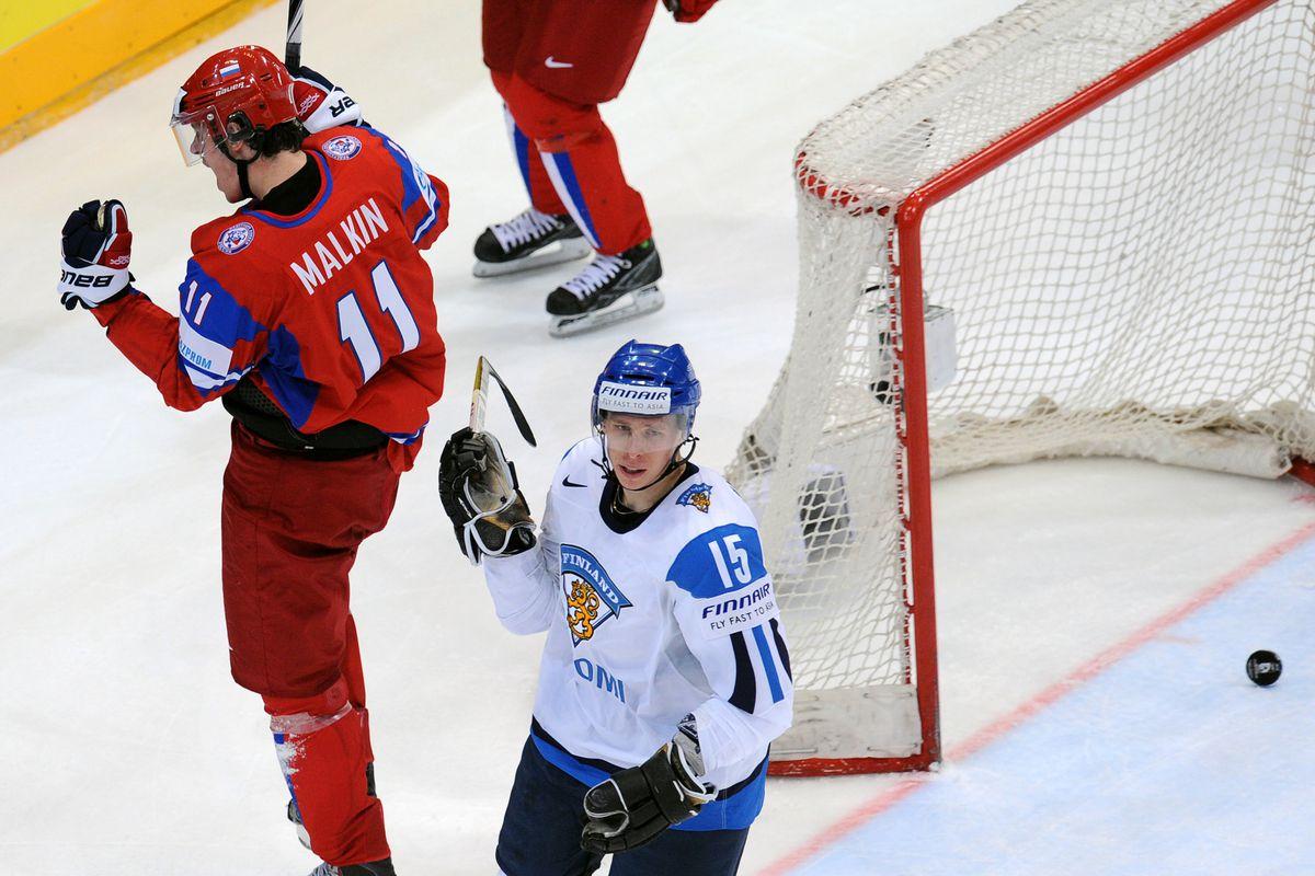 Russia's Evgeni Malkin (L) of NHL's Pitt