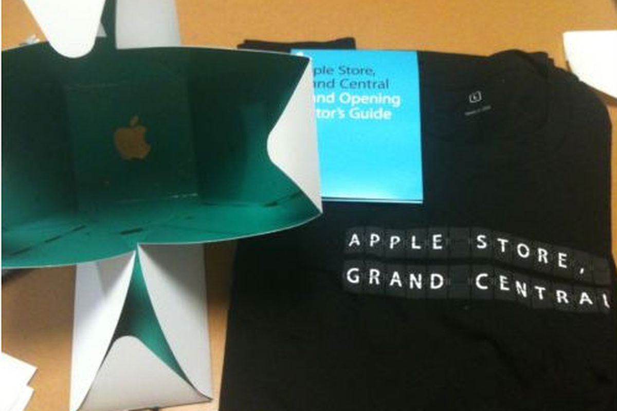 """Image via <a href=""""http://www.ebay.com/itm/LIMITED-EDITION-APPLE-GRAND-CENTRAL-T-SHIRT-BOX-AND-GUIDE-/130615164333?pt=US_Mens_Tshirts&amp;hash=item1e69453dad"""">counter_master</a>/eBay"""