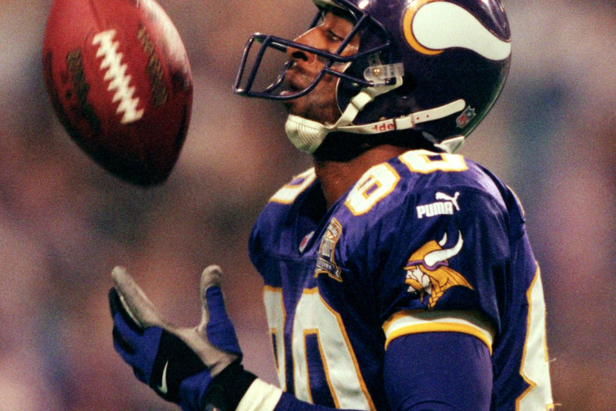 Minnesota Vikings Cris Carter juggles the football after catching a 4th quarter touchdown pass.(Photo By JERRY HOLT/Star Tribune via Getty Images)