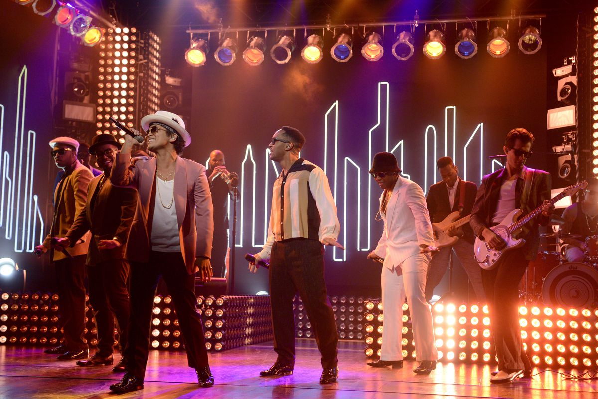 Mark Ronson and Bruno Mars perform the song of winter.