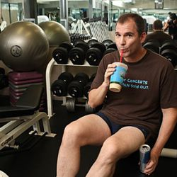 """And just for fun, here's Frank Bruni at the gym. (photo: <a href=""""http://newyork.grubstreet.com/2010/07/frank_bruni_succumbs_to_heat-i.html"""" rel=""""nofollow"""">Melissa Hom/Grub Street</a>)"""