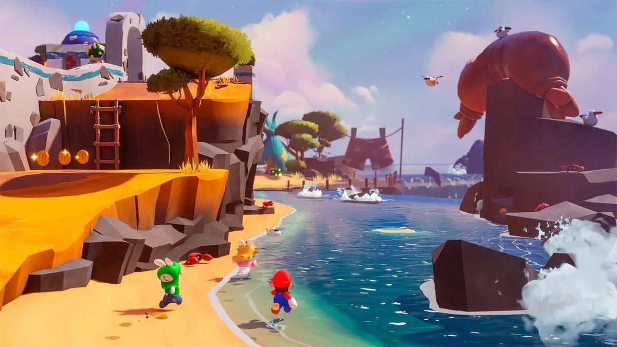 Rabbid Peach, Rabbid Luigi, dan Mario berlari di sepanjang pantai berpasir di Mario + Rabbids Sparks of Hope
