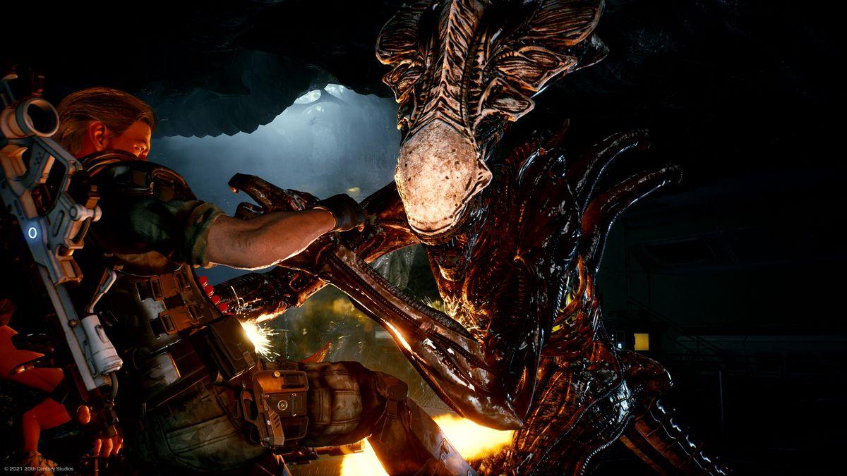 A marine fends of a Praetorian Xenomorph in  Aliens: Fireteam.
