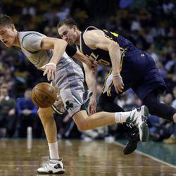 Boston Celtics forward Jonas Jerebko, left, controls the ball after chasing it against Utah Jazz forward Gordon Hayward during the second half of an NBA basketball game in Boston, Wednesday, March 4, 2015. The Celtics won 85-84. (AP Photo/Elise Amendola)