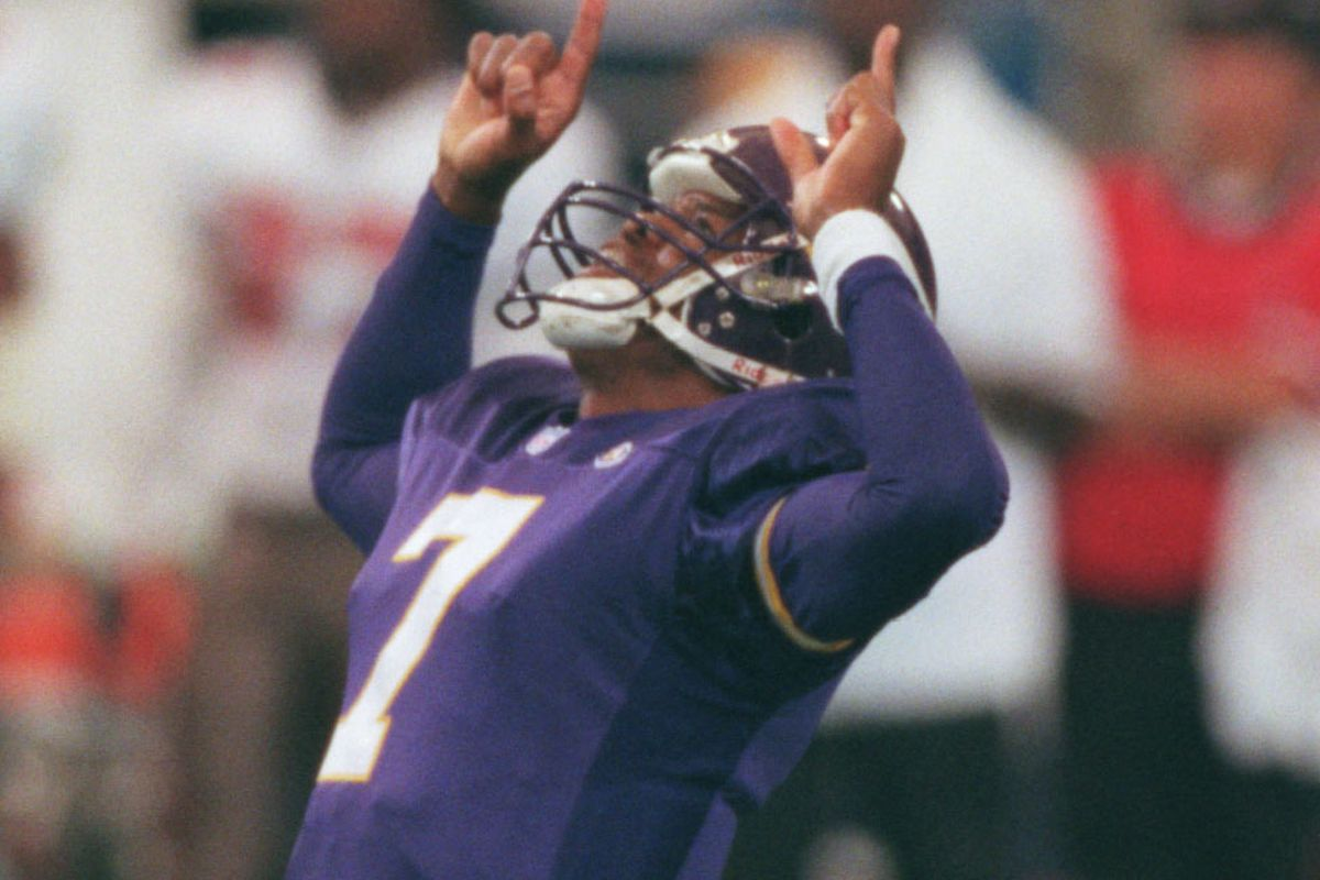 Oct. 3-Tampa Bay - Minnesota Vikings — Minneapolis Mn, Sunday 10/3/99 Vikings vs Tampa----Minnesota Vikings quarter back Randall Cunningham celebrates after throwing a 61 yard touchdown pass too Randy Moss in the first quarter.