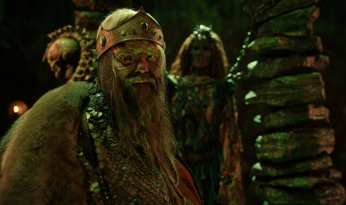CURSED (L TO R) OLAFUR DARRI OLAFSSON as RUGEN THE LEPER KING in episode 104 of CURSED Cr. Netflix � 2020