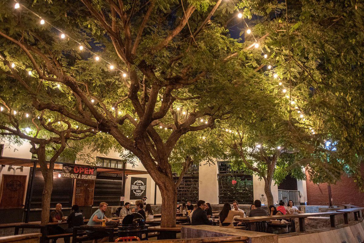 Diners assis à l'extérieur de Horse Thief dans le centre-ville de LA