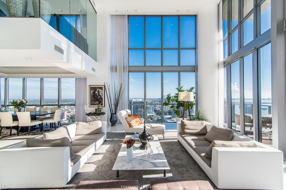 Unit 4107 at Marquis Residences in downtown MIami, featuring a stellar bay view amid a corner living room