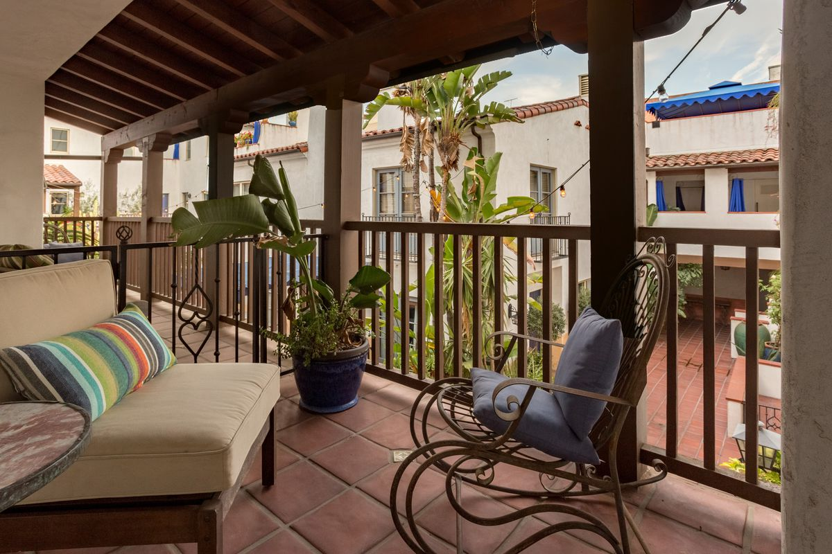 Charming Two Bedroom In West Hollywood Courtyard Complex