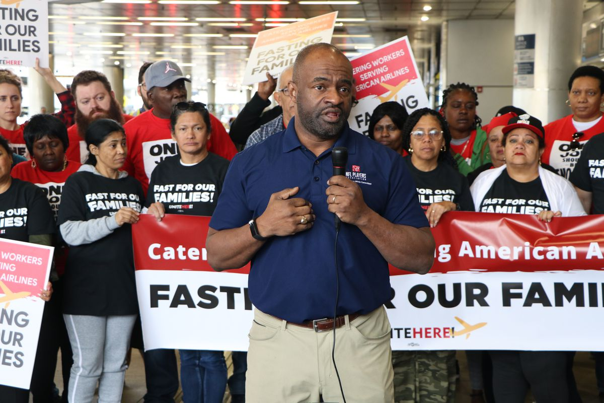NFLPA executive DeMaurice Smith speaks to group of Miami airport workers