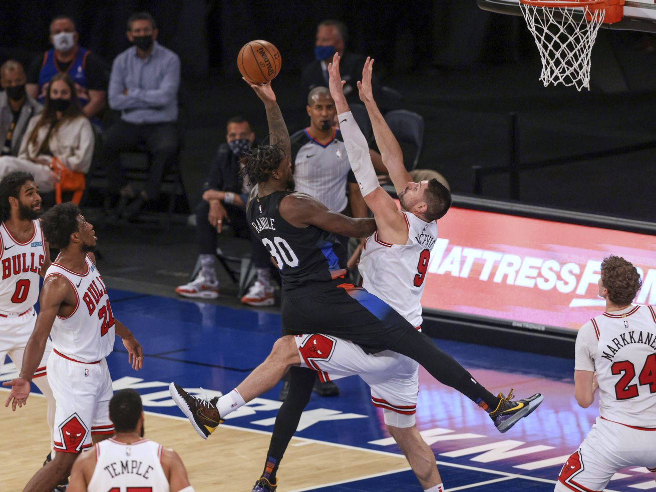 Knicks forward Julius Randle (30) shoots against Bulls center Nikola Vucevich on Wednesday night. Randle scored 34 points to lead the Knicks to a 113-94 victory at Madison Square Garden.