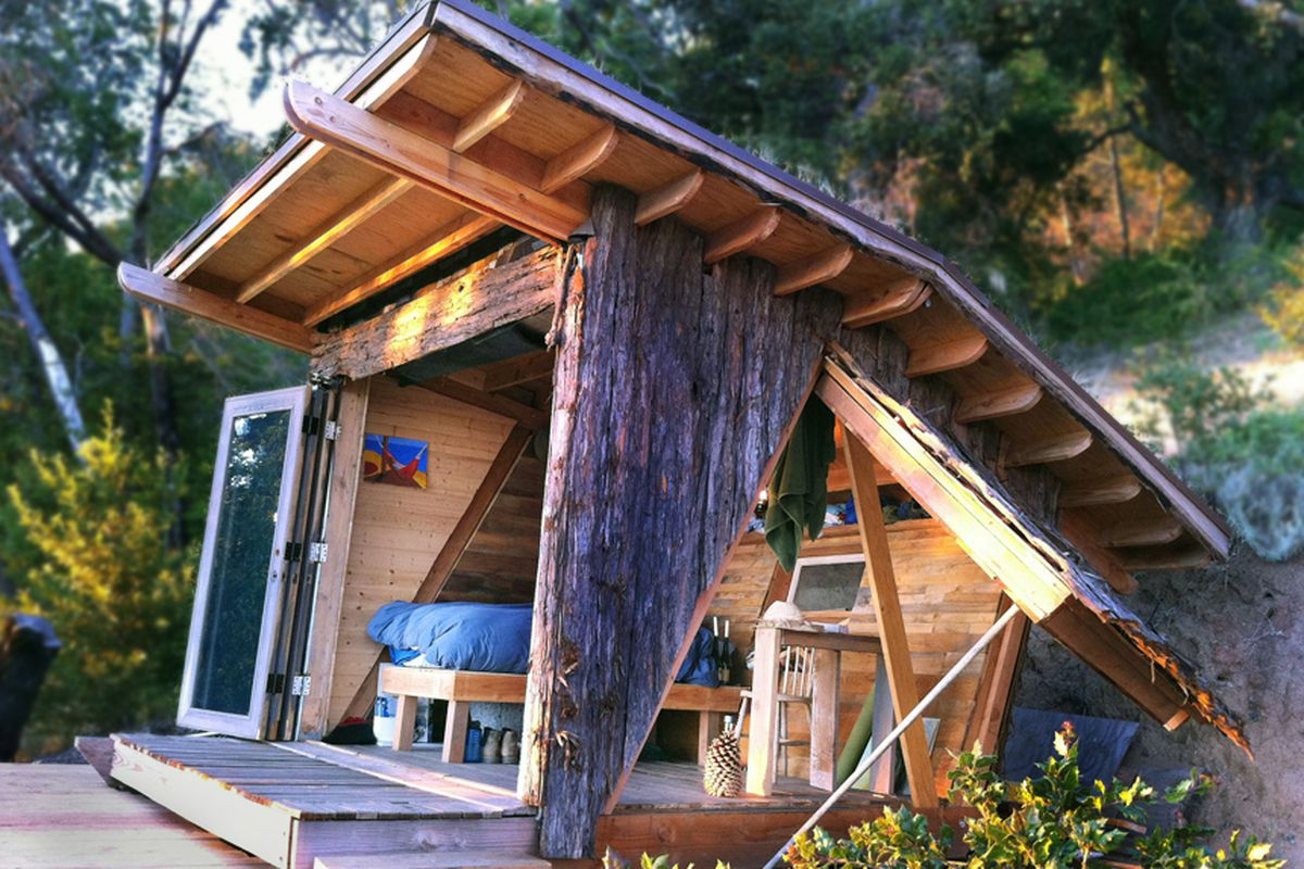 """Photo via <a href=""""http://www.archdaily.com/409701/hawk-house-alex-wyndham/"""">Arch Daily</a>"""
