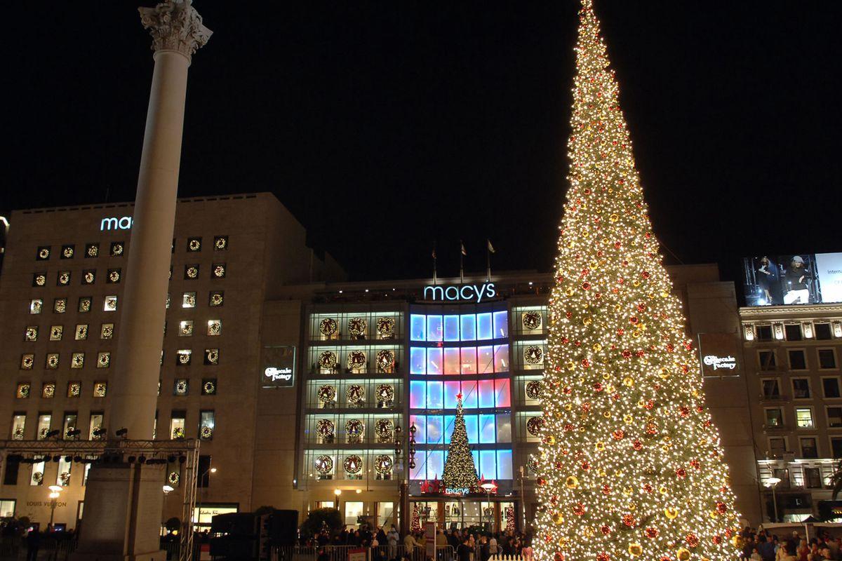 "Midnight shopping at Macy's was surprisingly pleasant. Photo <a href=""http://www.unionsquareshop.com/TreeLightingUnionSquare.html"">via</a>"