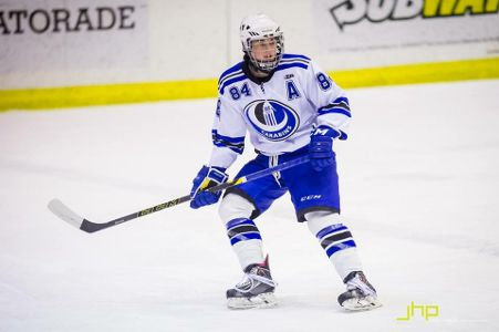Ariane Barker playing for the UdeM Carabins