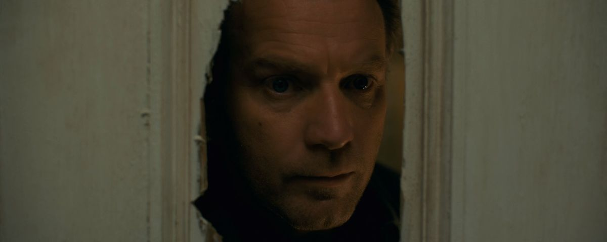 Dan Torrance (Ewan McGregor) in Doctor Sleep recreating the moment that Jack looked through the door in The Shining