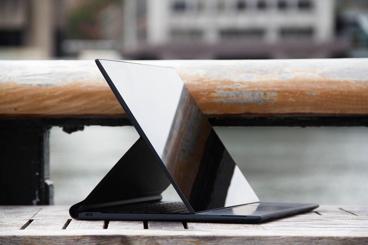 HP Elite Folio en position chevalet, incliné vers la droite, à une table d'extérieur avec une rivière en arrière-plan.
