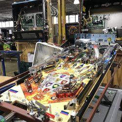 最后一家主要的弹球公司如何手工制作机器