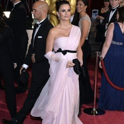 """""""<strong>Penelope Cruz</strong>. I didn't care for this look because it looked like she fell into the curtains and said 'Not bad, now let's add the comforter!' There was too much fabric all over the place—it never seemed to end on the red carpet. Her hair"""