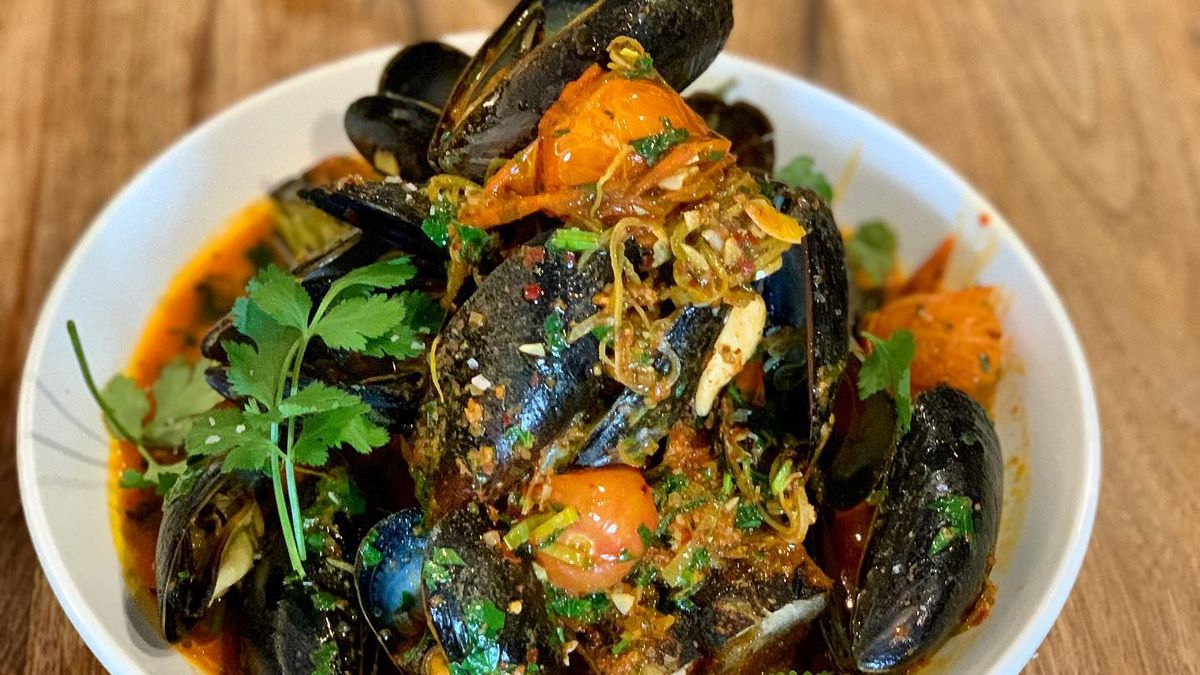 Mussels with nduja, cherry tomatoes, fennel, and garganega