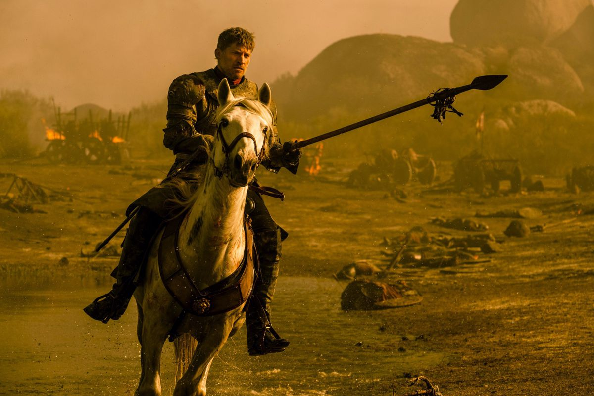Jaimie Lannister riding a horse in a battlefield