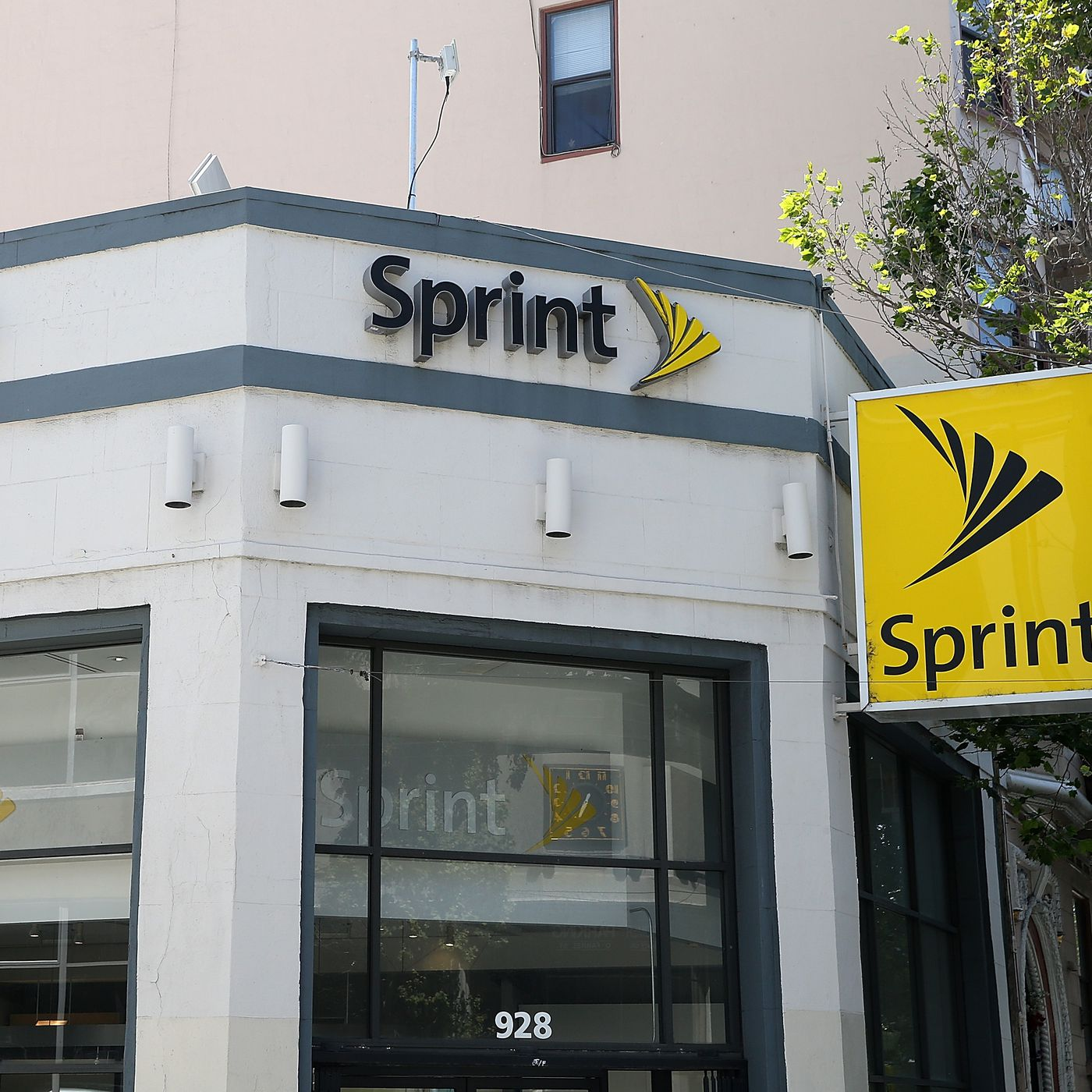 Sprint Will Give You A Free Year Of Unlimited Service If You Switch Carriers The Verge